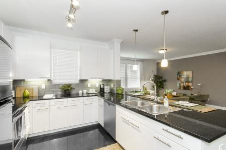 Modern Kitchen | Apt In Conroe TX | The Towers Woodland